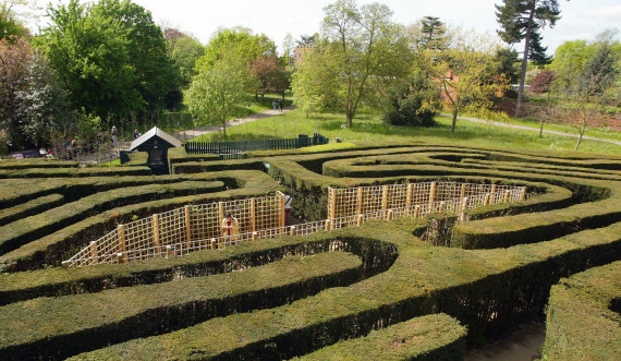 Maze at Hampton Court Palace—Medieval Sites around London